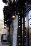 Decoración de la calle con las bolas y las guirnaldas para la Navidad y Foto de archivo