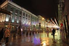 Decoración de la calle de la Navidad del Año Nuevo, Moscú por noche Fotos de archivo libres de regalías