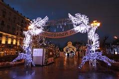 Decoración de la calle del Año Nuevo en Moscú por noche Imagenes de archivo