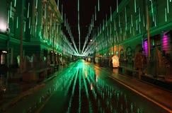 Decoración de la calle del Año Nuevo por la noche Moscú Imagenes de archivo