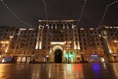 Decoración de la calle del Año Nuevo por la noche Moscú Imagen de archivo
