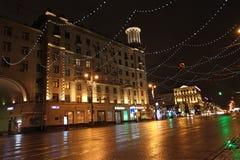 Decoración de la calle del Año Nuevo por la noche Moscú Foto de archivo libre de regalías