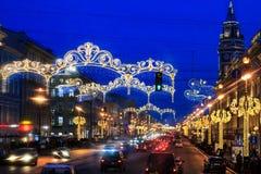 Decoración de la calle a la Navidad La ciudad se adorna al Año Nuevo Vacaciones de invierno en St Petersburg, Rusia Fotografía de archivo libre de regalías