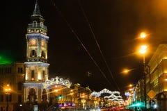Decoración de la calle a la Navidad La ciudad se adorna al Año Nuevo Vacaciones de invierno en St Petersburg, Rusia Perspectiva d Imagen de archivo