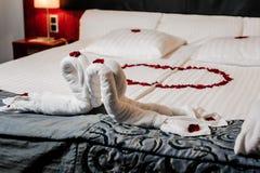 Decoración de la cama de la luna de miel Imagen de archivo