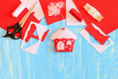 Decoración de la casa de la Navidad cosida del fieltro, de las tijeras, de las hojas y de los pedazos rojos y blancos, aguja, car Imagenes de archivo