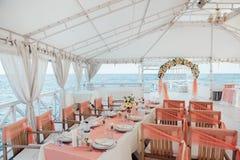 Decoración de la ceremonia de boda en el mar Imagenes de archivo