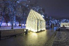 Decoración de la ciudad, cuadrado de Novopushkinsky, Moscú de la iluminación del Año Nuevo y de la Navidad Rusia Foto de archivo