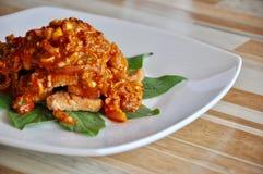Decoración de la comida tailandesa, de la comida tailandesa de color salmón picante tailandesa de la ensalada, caliente y picante Imagen de archivo