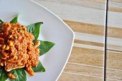 Decoración de la comida tailandesa, de la comida tailandesa de color salmón picante tailandesa de la ensalada, caliente y picante Fotos de archivo libres de regalías