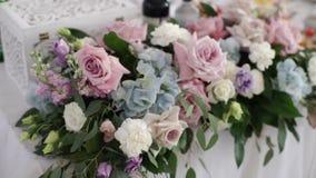 Decoración de la composición de las flores en el evento del partido del banquete metrajes