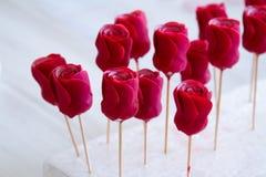 Decoración de la confitería Panadero que hace rosas de la boda o del mazapán del cumpleaños foto de archivo