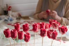 Decoración de la confitería Panadero que hace rosas de la boda o del mazapán del cumpleaños fotos de archivo libres de regalías