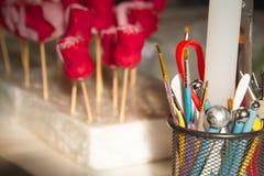 Decoración de la confitería Panadero que hace rosas de la boda o del mazapán del cumpleaños fotografía de archivo libre de regalías