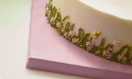 Decoración de la crema de la torta de cumpleaños Imágenes de archivo libres de regalías