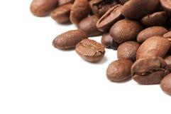 Decoración de la esquina de los granos de café en el fondo blanco Imágenes de archivo libres de regalías