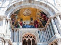 Decoración de la fachada de la basílica del ` s de St Mark en Venecia Imagen de archivo