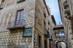 Decoración de la fachada del edificio y poco balcón entre los edificios en el centro de ciudad de Barcelona, España Imagen de archivo
