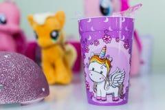 Decoración de la fiesta de cumpleaños con tema del unicornio foto de archivo libre de regalías
