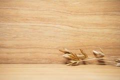 Decoración de la flor de la hierba seca en el fondo de madera Fotos de archivo libres de regalías