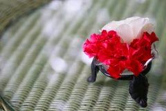 Decoración de la flor en la tabla Fotos de archivo