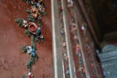 Decoración de la flor de pared del palacio real - naturaleza colorida del fresco en color en colores pastel imagen de archivo libre de regalías