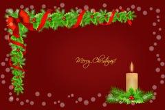 Decoración de la frontera del acebo de la Navidad con la vela y los copos de nieve sobre el fondo rojo, tarjeta de felicitación Fotografía de archivo libre de regalías