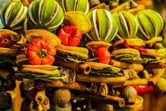 Decoración de la fruta de la Navidad Canela, cal, anaranjada fotos de archivo
