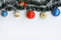 Decoración de la guirnalda y de las bolas de la Navidad Imagen de archivo libre de regalías