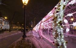 Decoración de la iluminación del Año Nuevo y de la Navidad de la ciudad -- El túnel ligero en el bulevar de Tverskoy, Rusia Foto de archivo libre de regalías