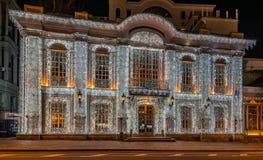 Decoración de la iluminación del Año Nuevo y de la Navidad de la ciudad Rusia, Foto de archivo libre de regalías