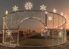 Decoración de la iluminación del Año Nuevo y de la Navidad de la ciudad Rusia, Imagen de archivo libre de regalías