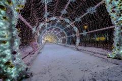 Decoración de la iluminación del Año Nuevo y de la Navidad de la ciudad Rusia, Fotos de archivo libres de regalías