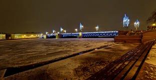 Decoración de la iluminación del Año Nuevo y de la Navidad de la ciudad Rusia Fotografía de archivo libre de regalías