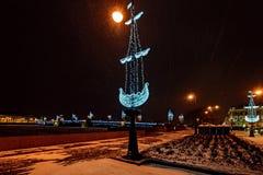 Decoración de la iluminación del Año Nuevo y de la Navidad de la ciudad Rusia Imagenes de archivo