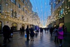 Decoración de la iluminación del Año Nuevo y de la Navidad en la calle Nikolskaya Imágenes de archivo libres de regalías