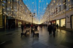 Decoración de la iluminación del Año Nuevo y de la Navidad en la calle Nikolskaya Fotografía de archivo