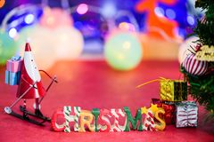 Decoración de la letra de la Navidad con Papá Noel patinador y presentes en bokeh Imagen de archivo