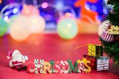 Decoración de la letra de la Navidad con Papá Noel y presentes en bokeh Imagenes de archivo