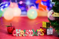 Decoración de la letra de la Navidad con una manzana y presentes en bokeh Imagenes de archivo