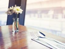 Decoración de la mesa de comedor con el café del restaurante de la flor blanca Imagen de archivo