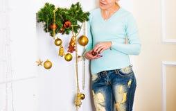 Decoración de la mujer y de la Navidad o del Año Nuevo en el interior de la sala de estar y el concepto casero de la decoración d Foto de archivo libre de regalías