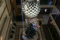 Decoración de la Navidad adentro con los árboles de navidad, las bolas, bola, estrellas, vistieron-para arriba centros comerciale Foto de archivo