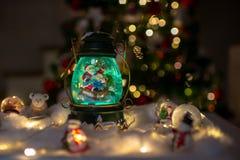 Decoración de la Navidad, bóveda de la nieve, globo con la decoración de la tabla foto de archivo libre de regalías