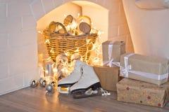 Decoración de la Navidad bajo la forma de chimenea con la leña 93 Imagenes de archivo