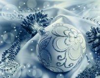 Decoración de la Navidad Bola de la Navidad, conos del pino, joyas relucientes en el satén blanco fotografía de archivo libre de regalías