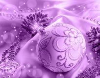 Decoración de la Navidad Bola de la Navidad, conos del pino, joyas relucientes en el satén blanco fotos de archivo