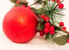 Decoración de la Navidad, bola roja en el fondo blanco Fotografía de archivo libre de regalías