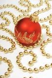 Decoración de la Navidad: bola roja y granos de oro Imagen de archivo