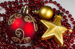 Decoración de la Navidad - 2 bolas y estrellas con la cadena Fotografía de archivo